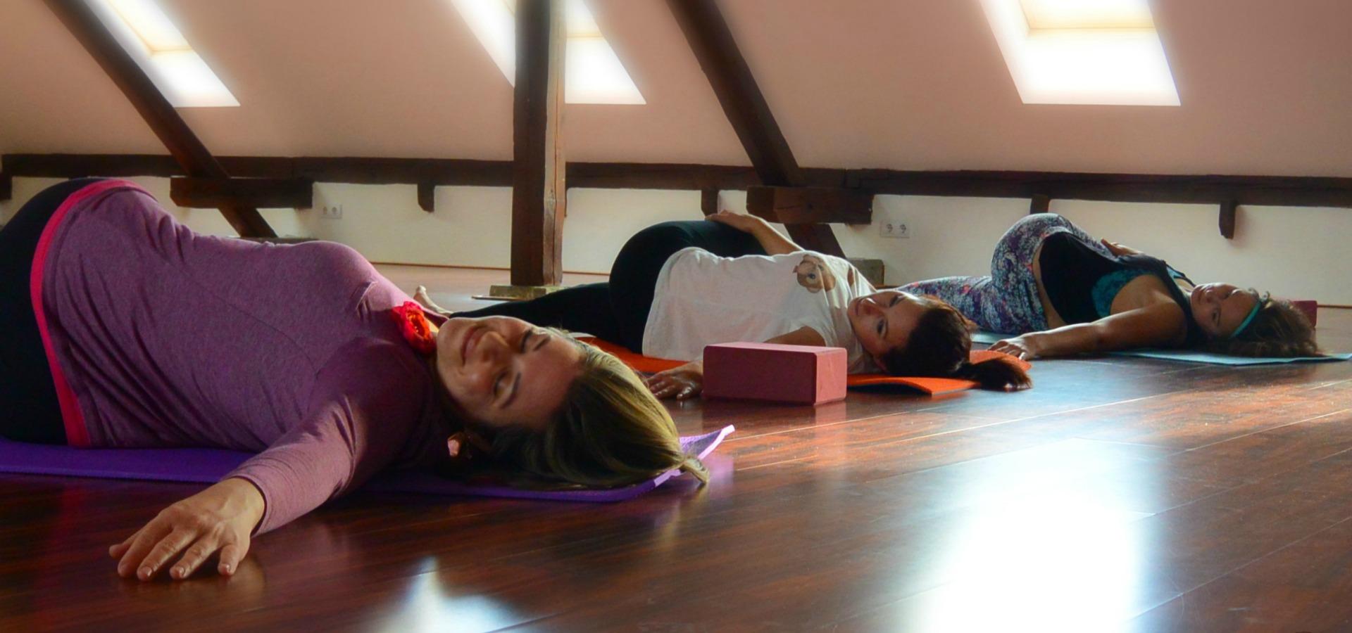 Női jóga óra relaxáció | Orienta.hu